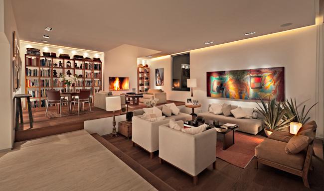 La arquitecta Claudia López Duplan tiene más de 20 años de experiencia en el desarrollo de proyectos residenciales, corporativos y comerciales. Su gran sensibilidad y estilo le han permitido posicionarse en el nicho de la arquitectura de interiores y se ha especializado en la renovación residencial que le da a los espacios una nueva identidad. En sus proyectos la iluminación juega un papel muy importante y con el uso de luz indirecta, en combinación con la variación de la intensidad, crea las distintas atmósferas que requiere cada espacio. Mantener la arquitectura original es uno de los retos que tiene en cada proyecto, además de la integración de todos los elementos que dan como resultado la nueva imagen.